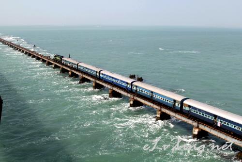 【千与千寻】世界上风景最美之一也是最危险的海上铁路,拍摄于:印度